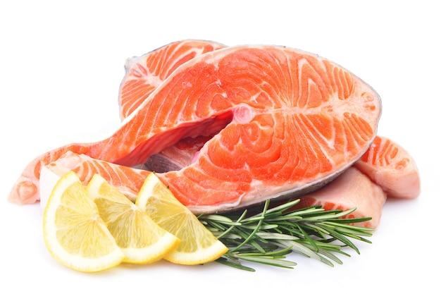 Salmone di pesce su sfondo bianco