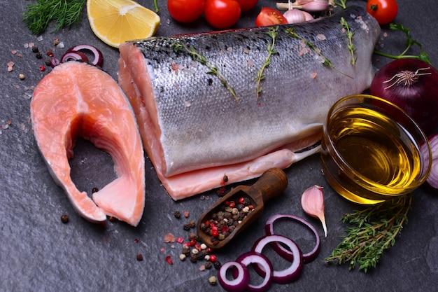 Salmone di pesce con spezie e verdure