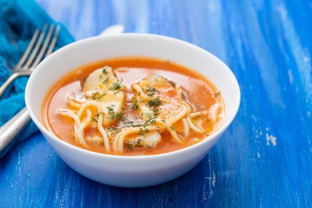 Zuppa di pesce nella ciotola bianca