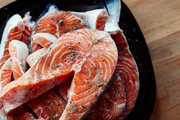 Pesce in spezie su una prelibatezza pranzo di pesce piatto. foto di alta qualità