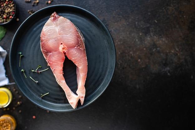 Carpa d'argento cruda di bistecca di pesce pronta per cucinare un pasto vegetariano sano