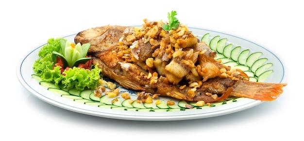 Pesce con aglio croccante e peperoni cibo tailandese e stile fusion asiatico cucinato fritto