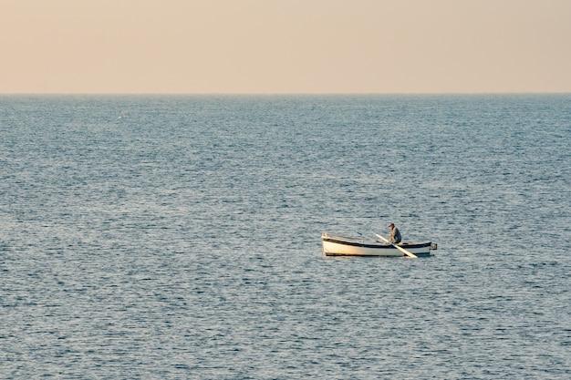 Pescatore in una barca da pesca al mattino presto. mar mediterraneo. italia.
