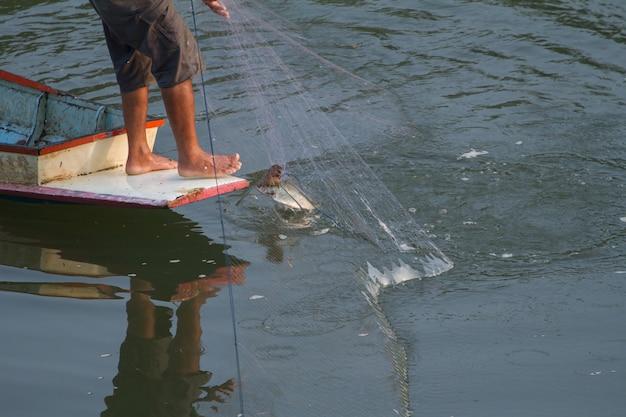 I pescatori stanno pescando pesci con le reti.
