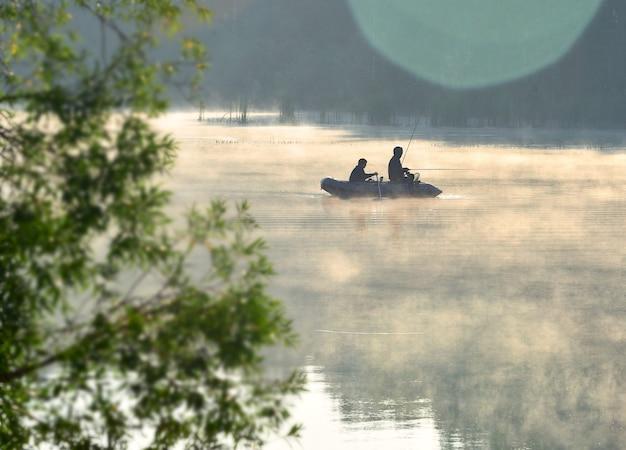 Pescatori in barca sul lago