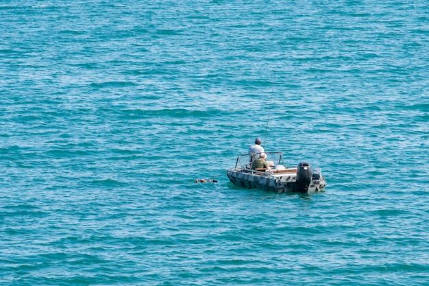 Pescatori in barca sul mare di tbilisi