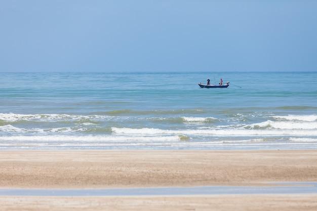 Pesca dei pescatori, piccole barche dei pescatori lungo la battigia.