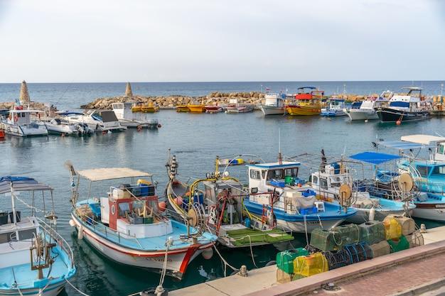 I pescatori ormeggiavano le loro barche sul molo del villaggio.