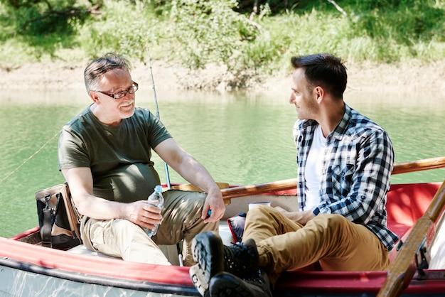 Pescatori che si rilassano su una barca