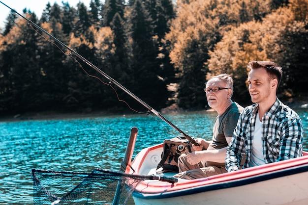 I pescatori si divertono a pescare