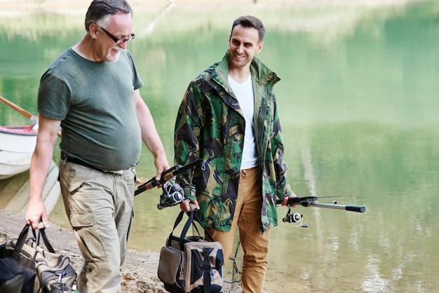 Pescatori con attrezzatura da pesca che parlano