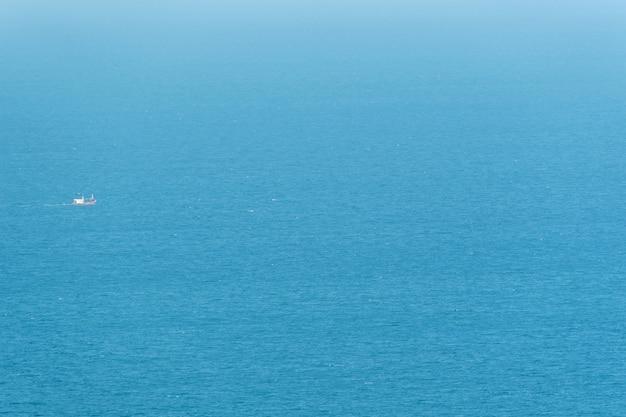 La pesca in barca è fuori in blu mare o oceano per l'industria della pesca da parte dei pescatori