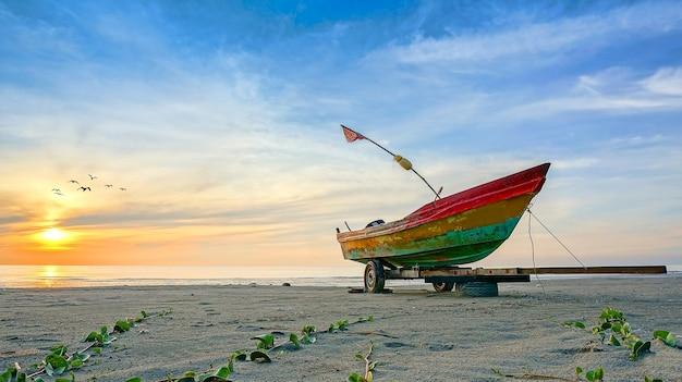 Barca da pesca all'alba