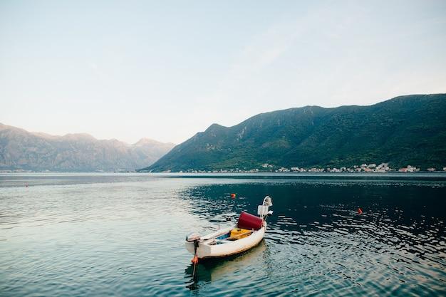 Barche da pesca nella baia di kotor in montenegro.