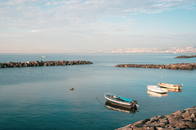 Barche da pesca che galleggiano sulla riva del mar mediterraneo. italia. paesaggio marino.