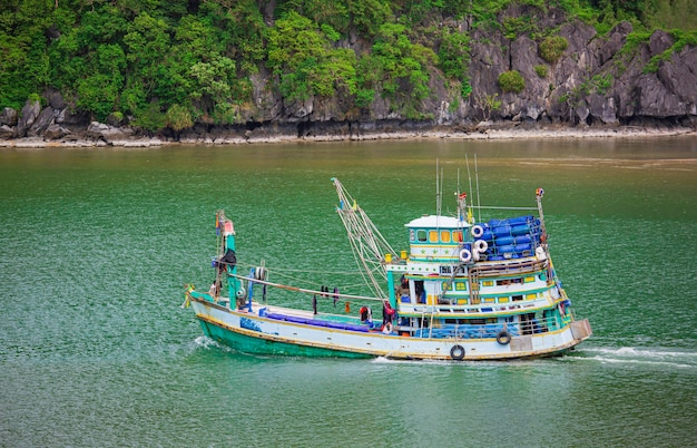 Pescherecci che galleggiano sul mare. pescatori in barca. barca da pesca a vela in montagna.