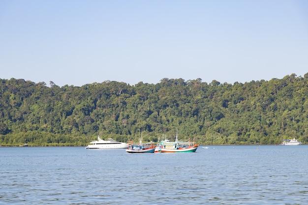 Le barche da pesca hanno ormeggiato la pesca