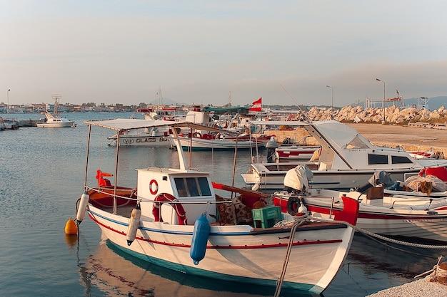 Barche da pesca ormeggiate in porto nella città di zante, zacinto, grecia