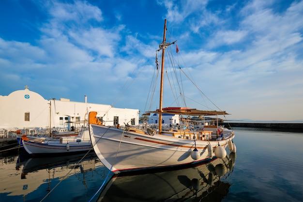 Pescherecci nel porto di naousa. paros island, grecia