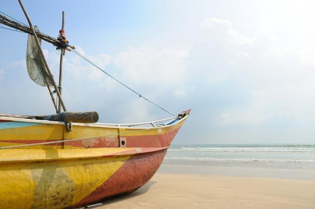 Barche da pesca in appoggio sulla spiaggia deserta in sri lanka