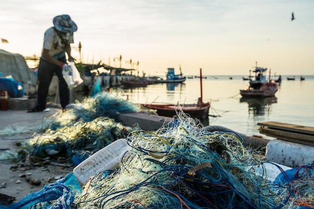 L'attrezzatura da pesca viene preparata dai pescatori sulla riva.