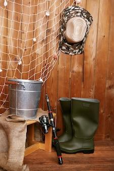 Attrezzatura da pesca sulla parete in legno, al chiuso