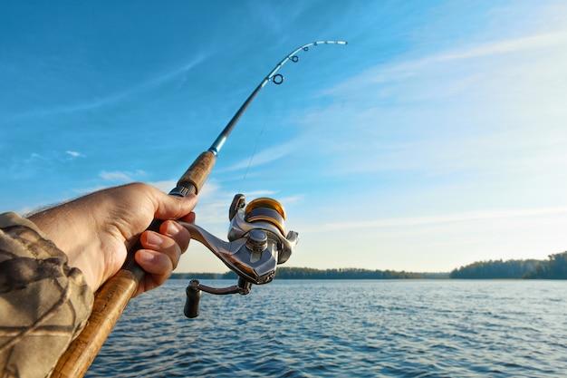 Pescando su un lago all'alba
