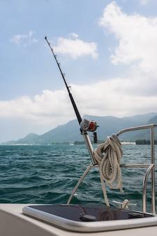 Canna da pesca e mulinello su uno yacht a vela