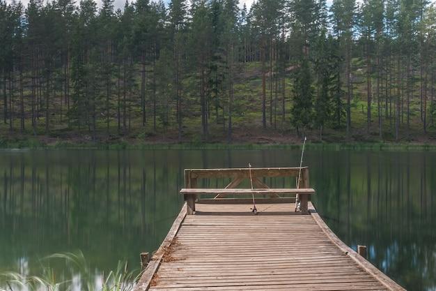Canna da pesca che gira con un primo piano di linea. canna da pesca nel porta canne da pesca sul molo