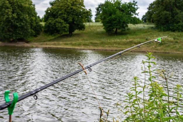Canna da pesca con una campana in acqua