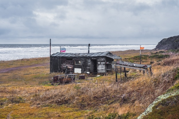 Capanna di pesca sulla spiaggia. capanna di pesca sulla spiaggia. mar bianco, penisola di kola. russia