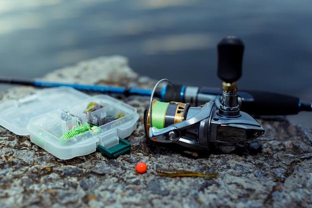 Attrezzatura da pesca. pesca a spinning, ami e artificiali in riva al fiume