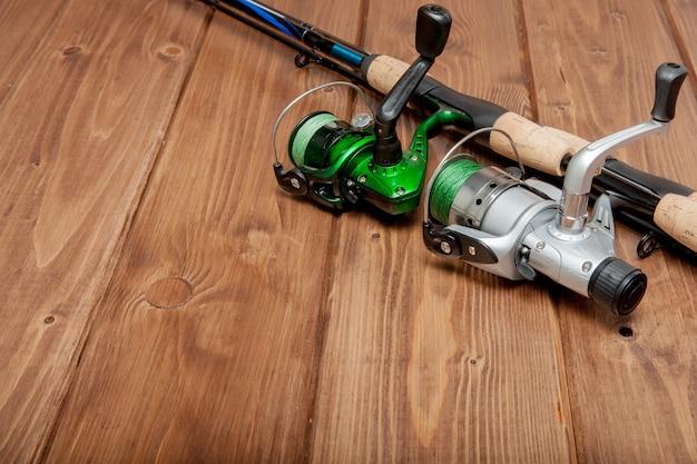 Attrezzatura da pesca - pesca spinning, ganci ed esche su fondo di legno con lo spazio della copia.