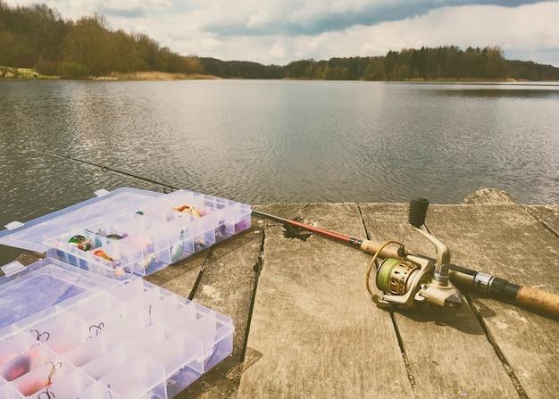 Attrezzatura da pesca su un ponte di legno. stile retrò. tema della pesca.