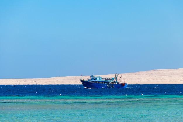Il peschereccio naviga in mar rosso a hurghada, egitto