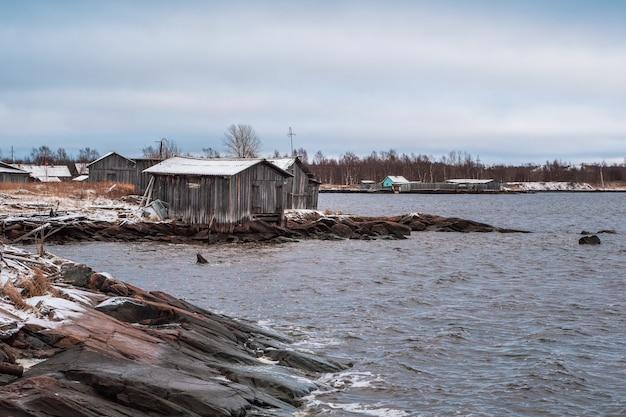 Villaggio di pescatori sulla riva del mar bianco durante la bassa marea