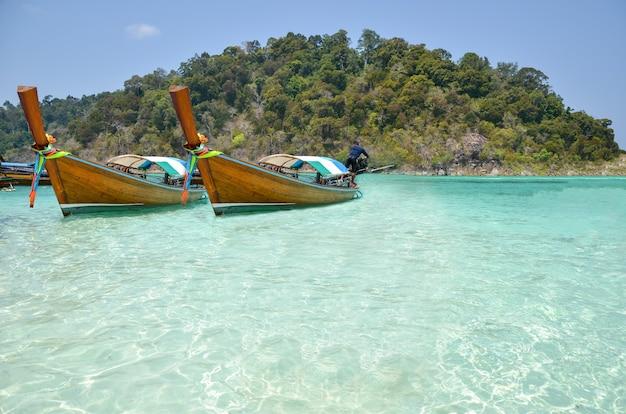 Le barche da pesca in legno sono parcheggiate sulla spiaggia