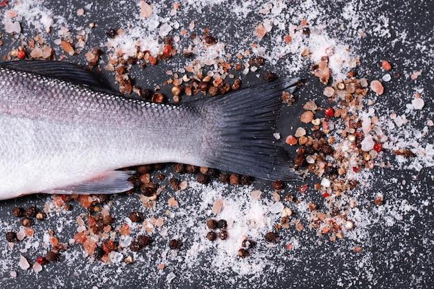 Coda di pesce su una tavola di legno
