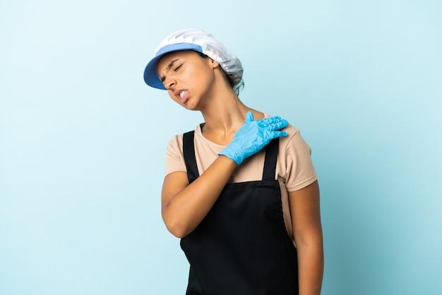 Donna asiatica fishwife che soffre di dolore alla spalla per aver fatto uno sforzo