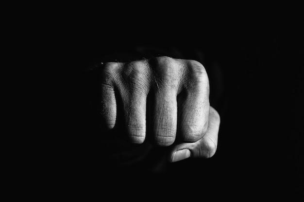 Pugno nel buio. simbolo di forza e aggressività.