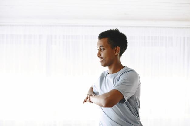 Corpo in forma e mente sana. giovane che fa esercizio mattutino per essere forte.