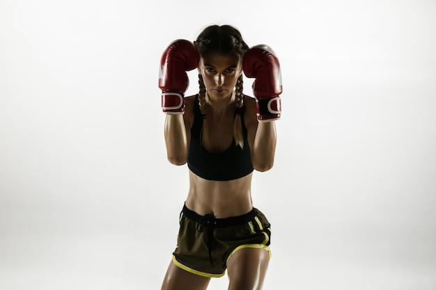 Montare la donna caucasica in abbigliamento sportivo boxe isolato su sfondo bianco studio