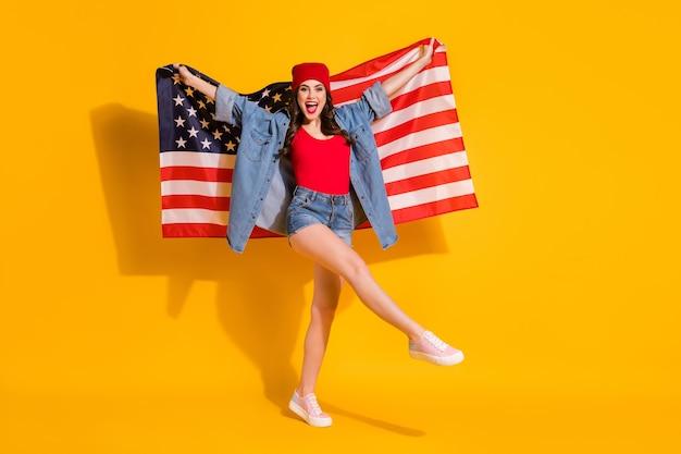 Fit ragazza allegra street style tenere bandiera usa