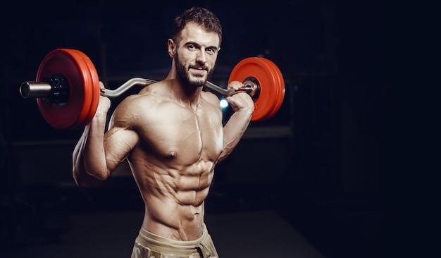 Montare i muscoli addominali di formazione formazione uomo in palestra pompare esercizio addominale.