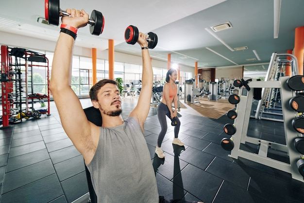 Montare le persone che esercitano con i pesi in palestra