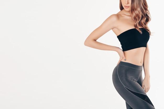 Donna adatta in tuta da ginnastica nera