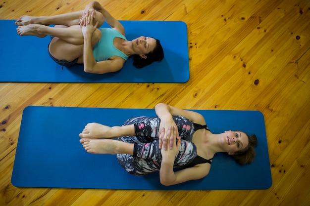 Donne in forma che eseguono esercizi di stretching