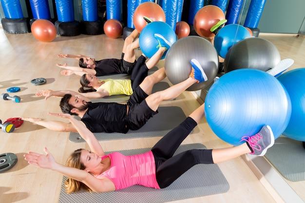 Fitball crunch allenamento gruppo core fitness in palestra