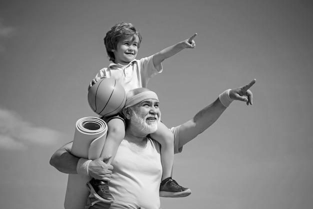 Fitness e concetto di stile di vita attivo - copia spazio. la famiglia attiva ama lo sport e il fitness. sport