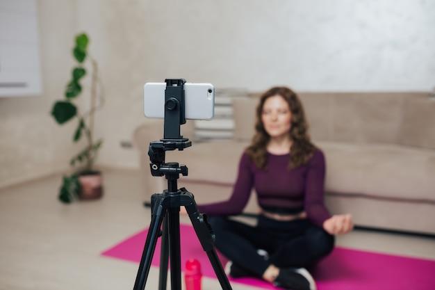 Blogger di fitness che gira video per i suoi follower